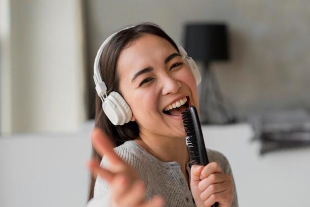 Mulher jovem, cantando Foto gratuita