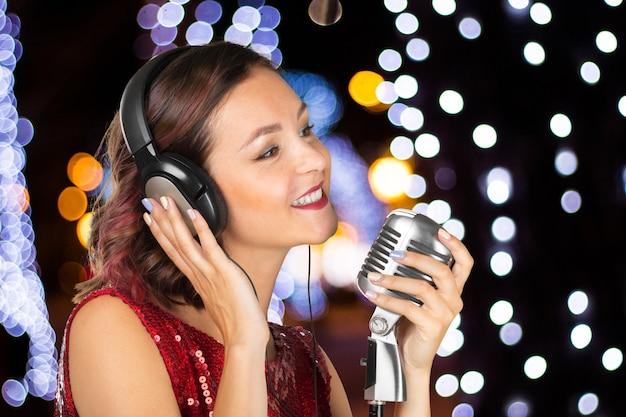 Mulher jovem, cantor Foto Premium