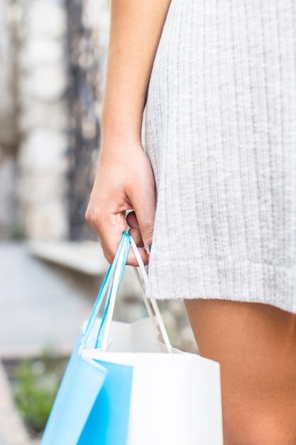 Mulher jovem, com, bolsas para compras Foto gratuita