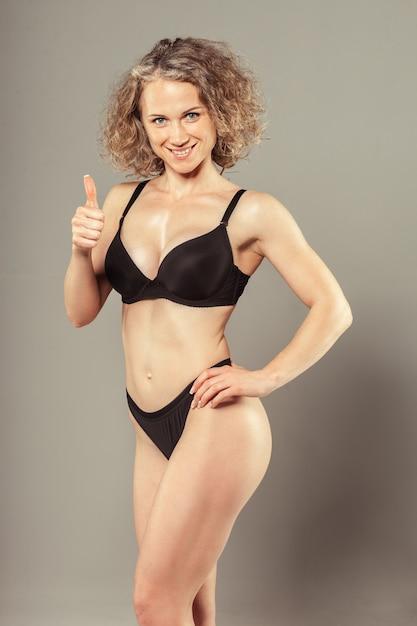 Mulher jovem, com, bonito, magra, corpo perfeito, em, biquíni Foto Premium
