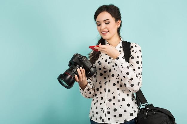 Mulher jovem, com, câmera, e, seu, caso Foto Premium