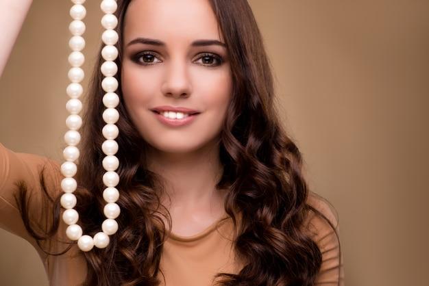 Mulher jovem, com, colar pérola Foto Premium
