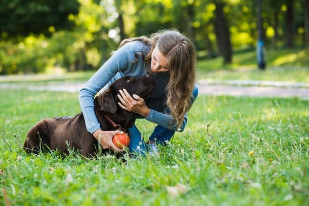 Mulher jovem, com, dela, cão, parque Foto gratuita