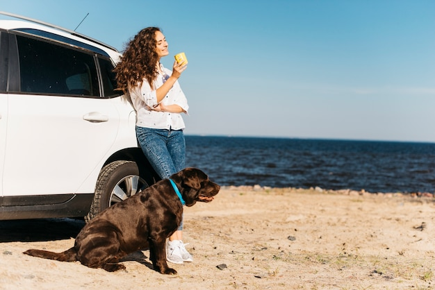 Mulher jovem, com, dela, cão, praia Foto gratuita