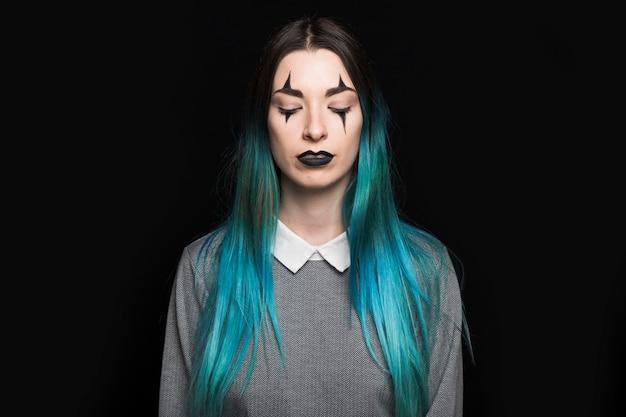Mulher jovem, com, longo, cabelo azul, ficar, em, estúdio Foto gratuita