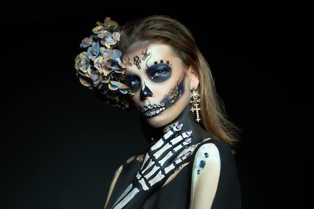 Mulher jovem com maquiagem e fantasia de halloween Foto Premium