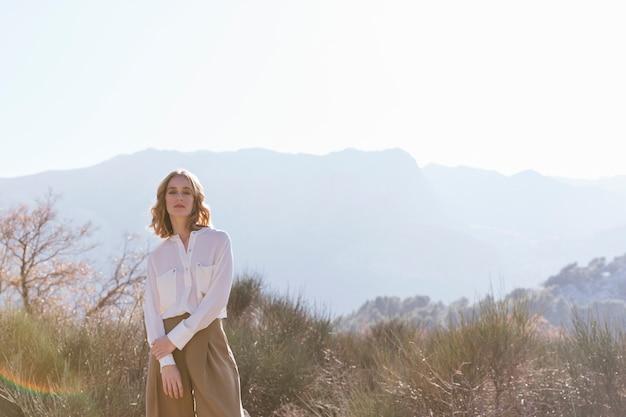 Mulher jovem, com, roupa casual, posar Foto gratuita