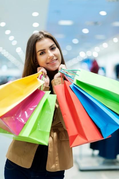 Mulher jovem com sacolas de compras Foto gratuita