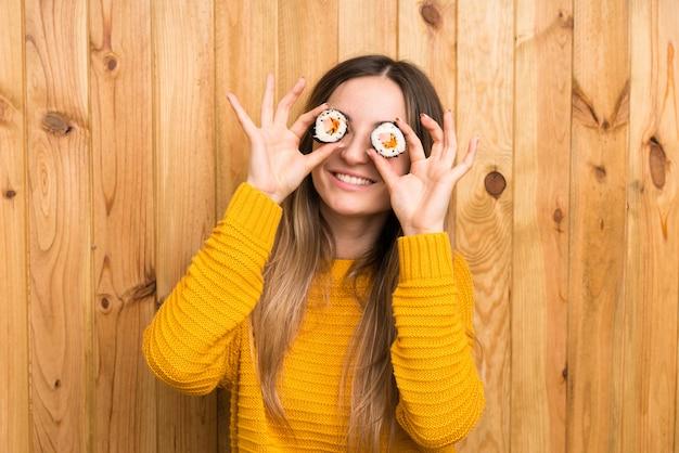 Mulher jovem, com, sushi, sobre, madeira Foto Premium