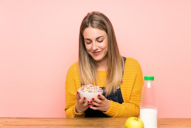 Mulher jovem, com, tigela cereais Foto Premium