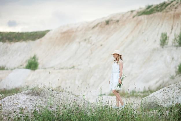 Mulher jovem com um chapéu Foto Premium