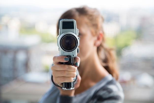Mulher jovem, com, vindima, câmera Foto Premium