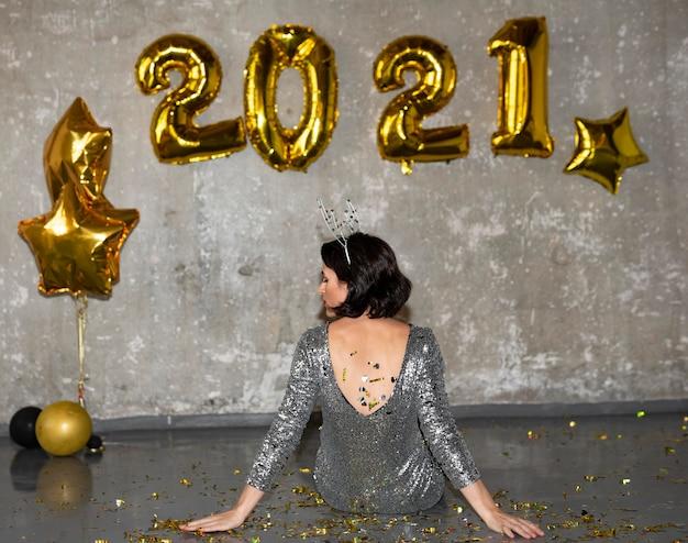 Mulher jovem comemorando a véspera de ano novo Foto Premium
