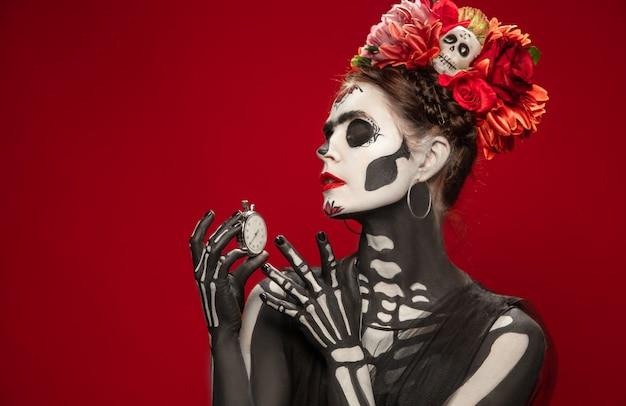 Mulher jovem como a morte do santo muerte Foto gratuita