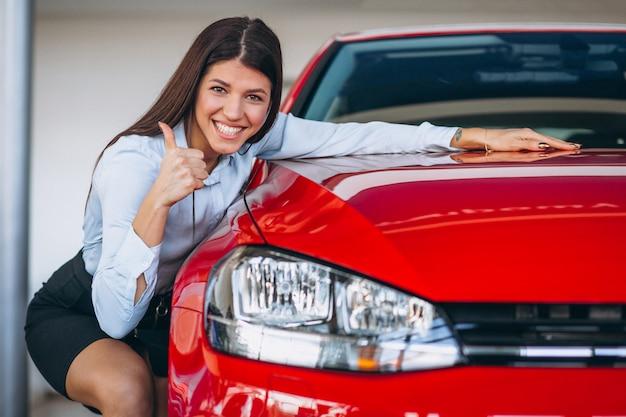 Mulher jovem, comprando um carro Foto gratuita