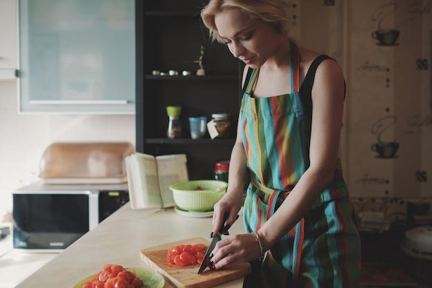 Mulher jovem, corte, tomates Foto gratuita