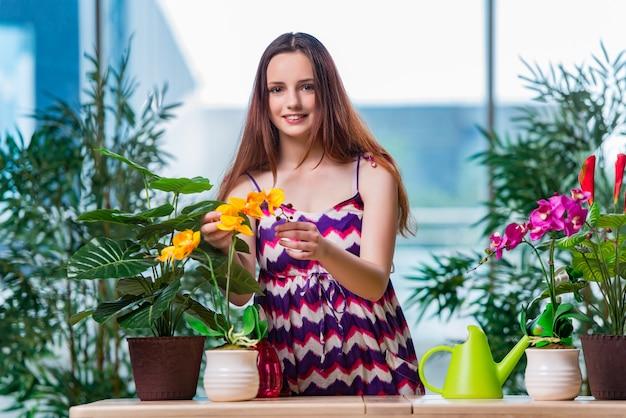 Mulher jovem, cuidando, de, lar, plantas Foto Premium