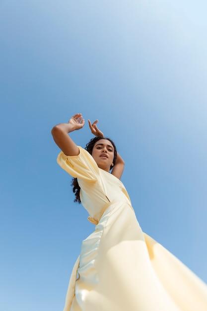 Mulher jovem, dançar, ligado, céu, fundo Foto gratuita