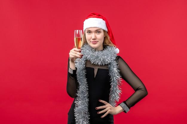 Mulher jovem de frente para celebrar o ano novo nas emoções do feriado do natal Foto gratuita