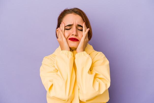 Mulher jovem de raça mista árabe choramingando e chorando desconsoladamente. Foto Premium