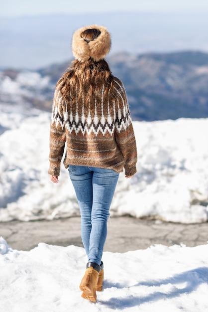 Mulher jovem, desfrutando, a, nevado, montanhas, em, inverno Foto Premium