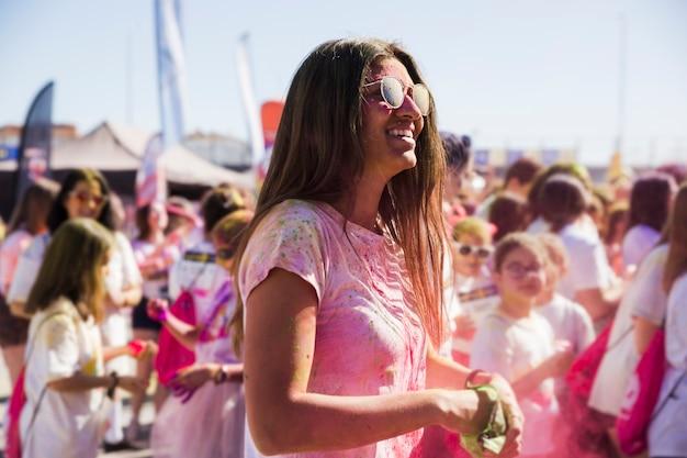 Mulher jovem, desfrutando, jogo, holi, com, cores Foto gratuita