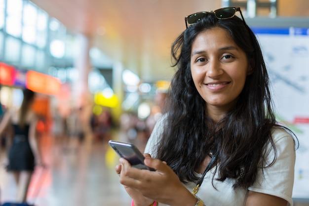 Mulher jovem, digitando uma mensagem Foto Premium
