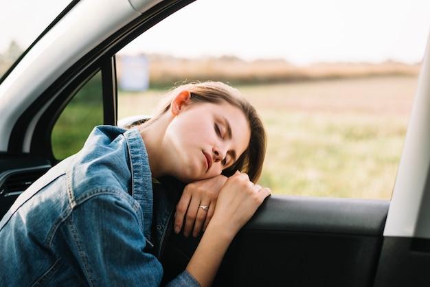 Mulher jovem, dormir, carro Foto gratuita