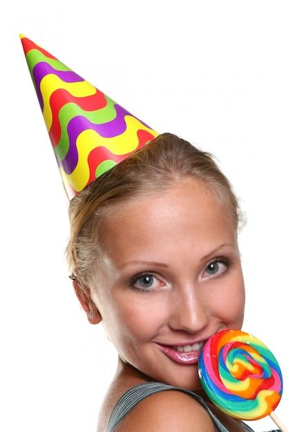 Mulher jovem e atraente com pirulito Foto gratuita