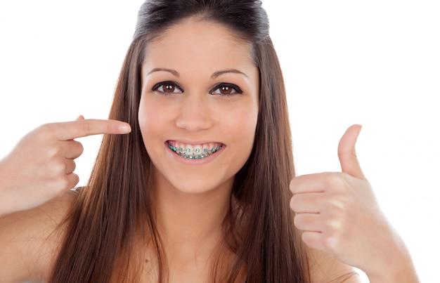 Mulher jovem e atraente com suportes dizendo ok Foto Premium