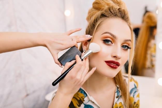 Mulher jovem e atraente em salão de beleza Foto gratuita