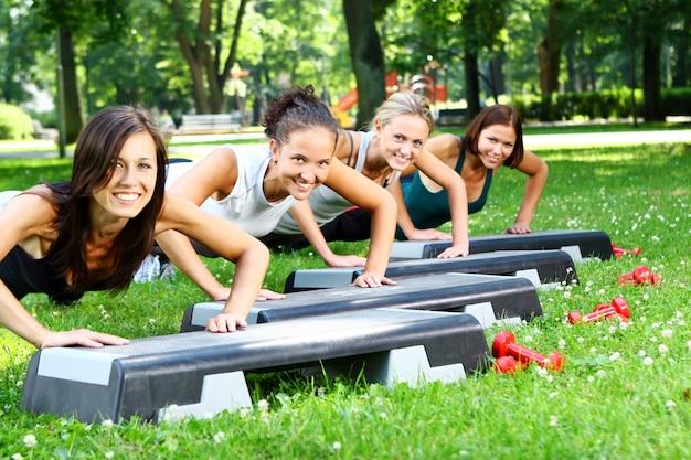 Mulher jovem e atraente, fazendo exercícios de fitness Foto gratuita