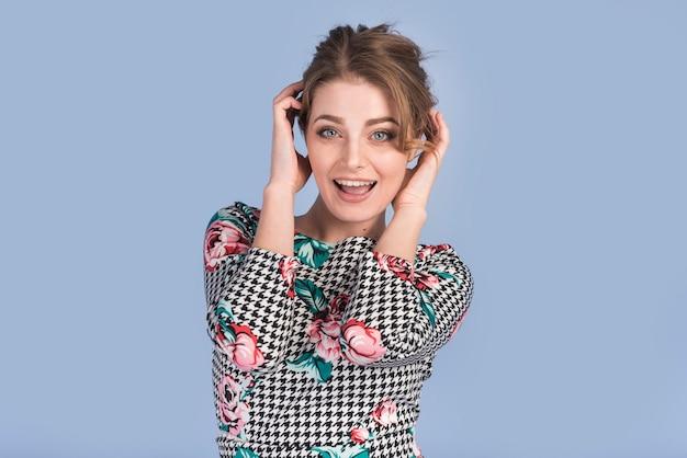 Mulher jovem e atraente no vestido elegante Foto gratuita