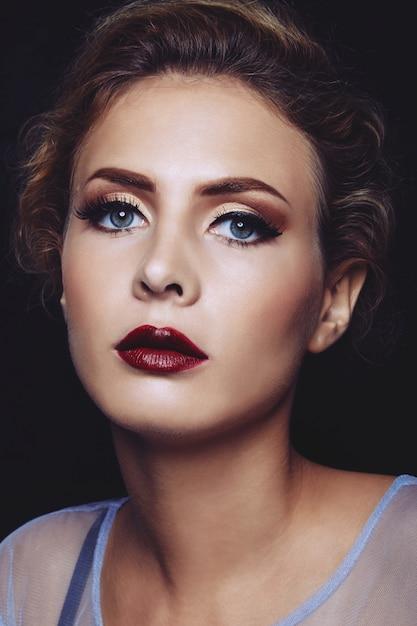 Mulher jovem e atraente Foto gratuita
