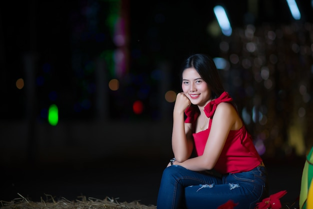 Mulher jovem e bonita andando na rua Foto gratuita