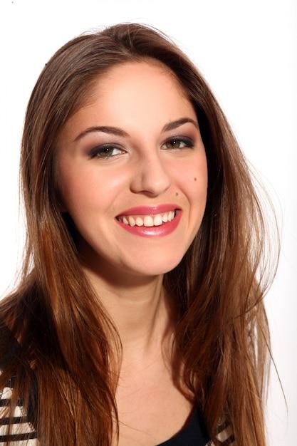 Mulher jovem e bonita com cabelo comprido Foto gratuita