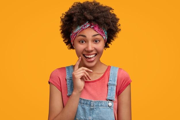 Mulher jovem e bonita com cabelo encaracolado Foto gratuita