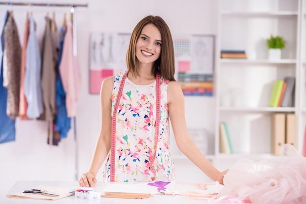 Mulher jovem e bonita com fita nos ombros de medição. Foto Premium