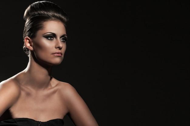 Mulher jovem e bonita com maquiagem de noite Foto gratuita
