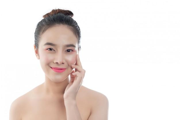Mulher jovem e bonita com um sorriso feliz expressões faciais e gestos à mão, conceitos de beleza e spa Foto gratuita