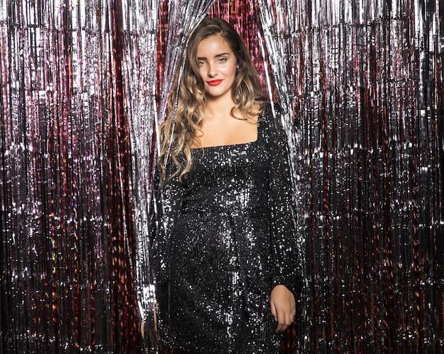 Mulher jovem e bonita com um vestido de festa Foto gratuita