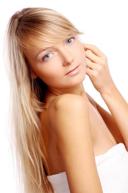 Mulher jovem e bonita em branco Foto gratuita