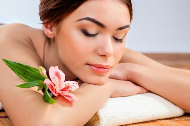 Mulher jovem e bonita em um salão de spa Foto gratuita