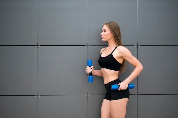 Mulher jovem e bonita fazendo exercícios de esporte Foto gratuita