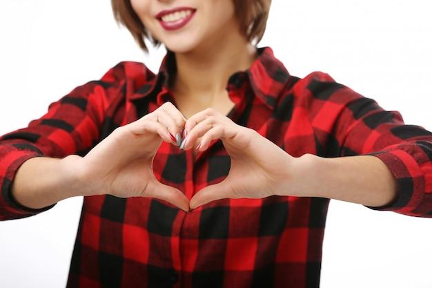 Mulher jovem e bonita mostrando um sinal de coração. Foto Premium