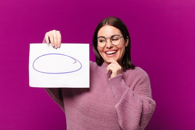 Mulher jovem e bonita mostrando uma folha de papel para comentários Foto Premium