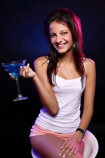 Mulher jovem e bonita na boate Foto gratuita