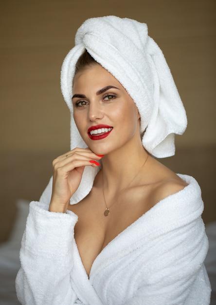 Mulher jovem e bonita saudável relaxando em um manto. Foto Premium