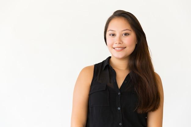 Mulher jovem e bonita sorrindo para a câmera Foto gratuita