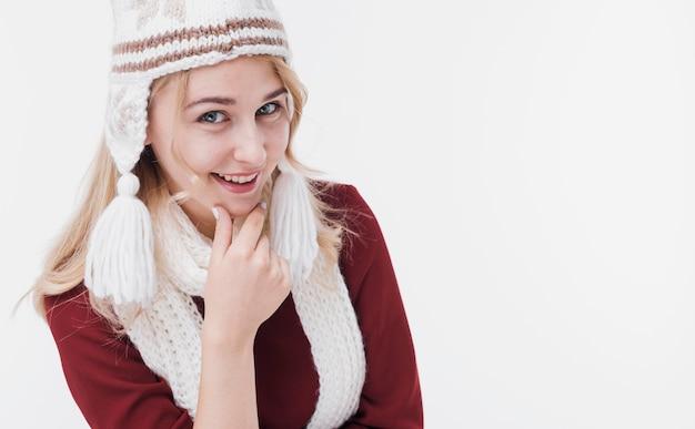 Mulher jovem e bonita sorrindo Foto gratuita